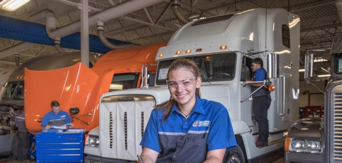 环球技术学院和戴姆勒卡车北美公司将完成首次培训计划扩展到东海岸